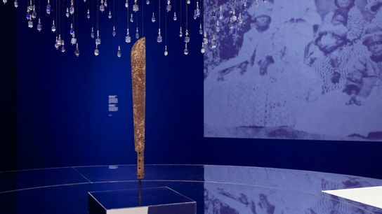 Die Kunstinstallation aus blauen Perlen erzählt die Geschichte von Lohkay.