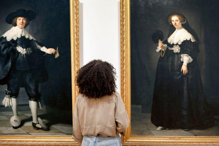 """Eine Besucherin der """"Slavery""""-Ausstellung im Rijksmuseum in Amsterdam."""