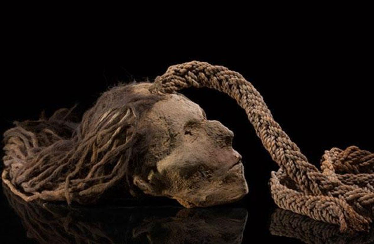 Abgetrennter Kopf an einem Seil
