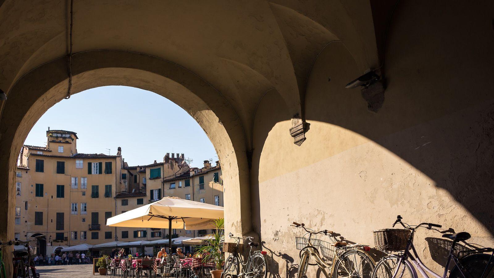 Die Piazza dell'Anfiteatro mit ihren Straßencafés ist durch vier große Rundbögen zugänglich.