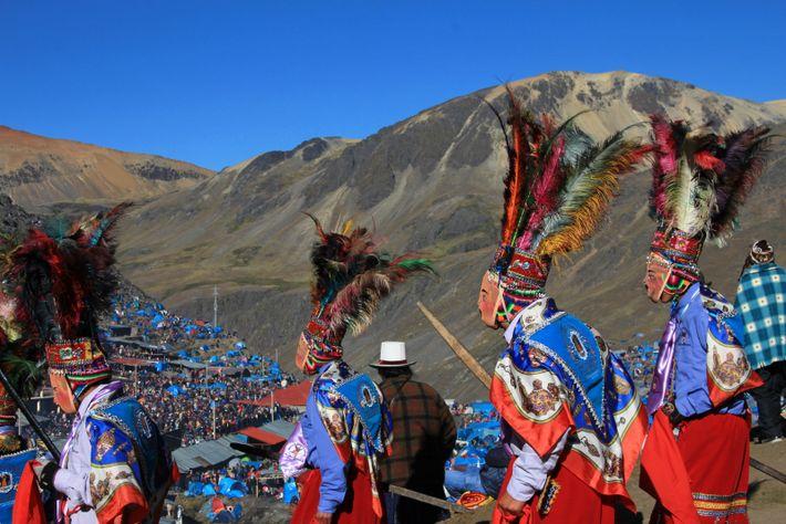 """Männer des peruanischen Volkes der Paruro während des jährlichen Qoyllur- Riti-Festes vor einem Gletscher. """"Qoyllur Riti"""" ..."""