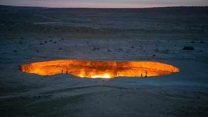 Unterwelt in Flammen: der Krater von Derweze