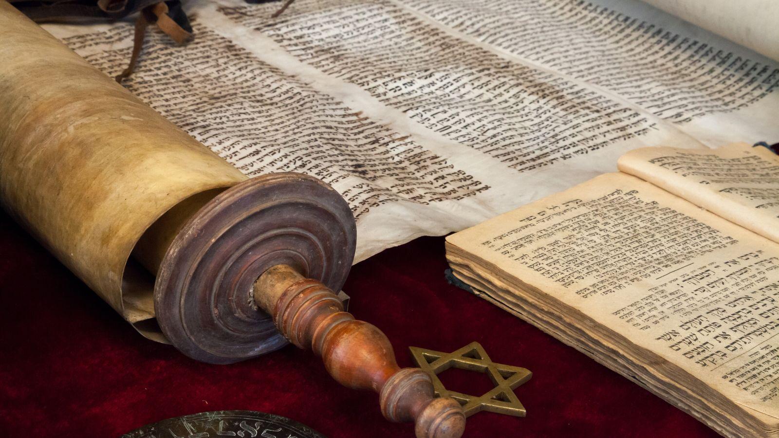 Zentrale Schrift des Judentums: die Tora. Sie besteht aus den fünf Büchern Mose und wird auch ...