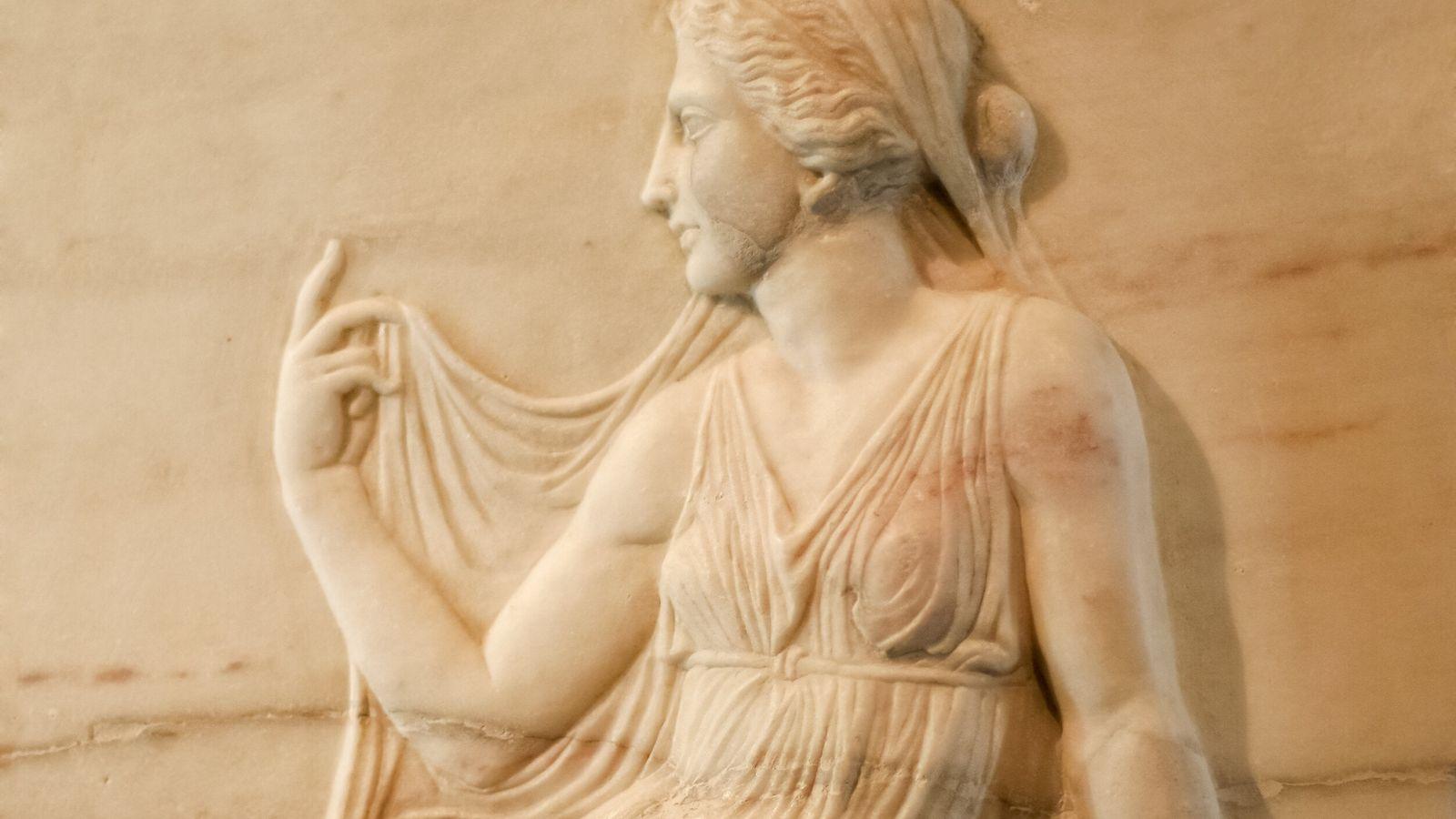 Weibliches Orakel in Marmorrelief