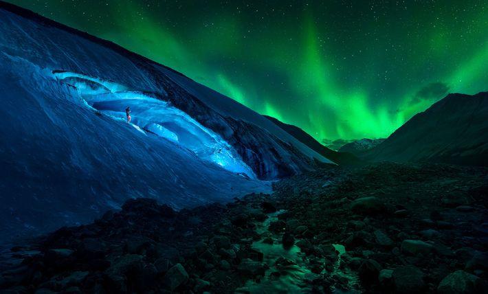 JASPER-NATIONALPARK, KANADA  Ein Wanderer steigt auf dem Athabasca-Gletscher in Alberta, Kanada einen vereisten Hang vor ...
