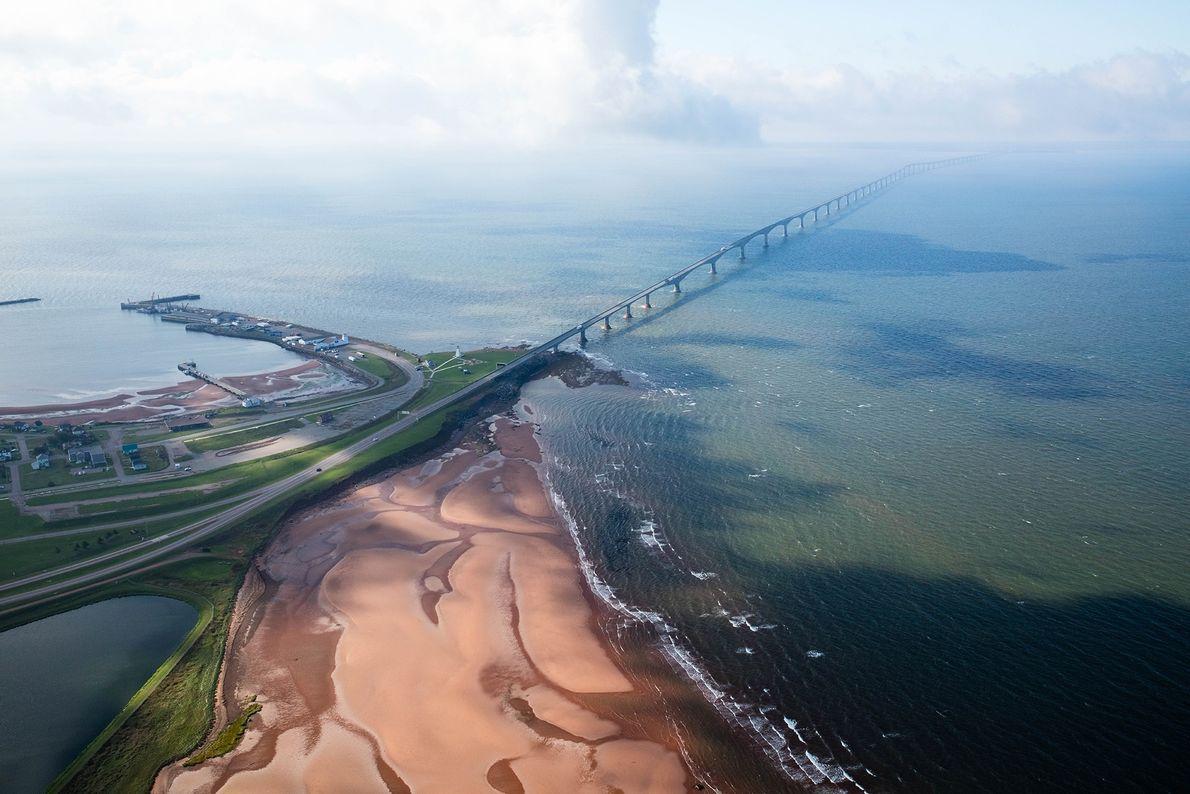 Die Confederation Bridge bildet eine knapp 13 Kilometer lange Verbindung über die Northumberlandstraße zwischen Prince Edward ...