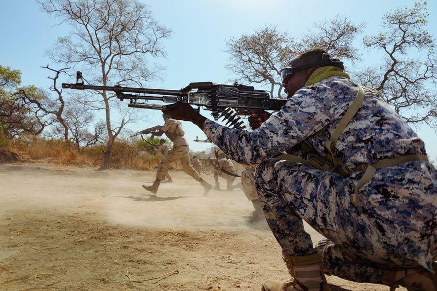Militärischer Drill mit scharfer Munition ist Teil der Ranger-Ausbildung in diesem Schutzgebiet. Das gilt auch für ...