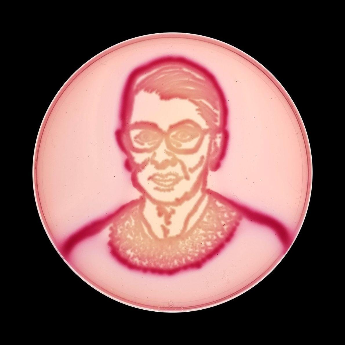 Die Supreme Court-Richterin Ruth Bader Ginsberg – oft abgekürzt als RBG – wurde hier auf violettrote ...