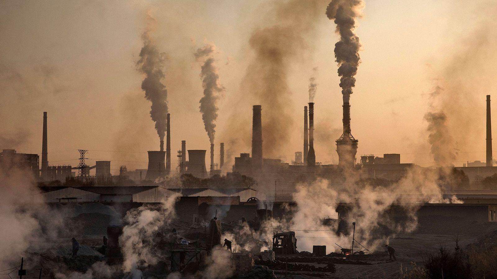 Rauch steigt aus einem großen Stahlwerk in China auf. Die WHO schätzt, dass neun von zehn ...