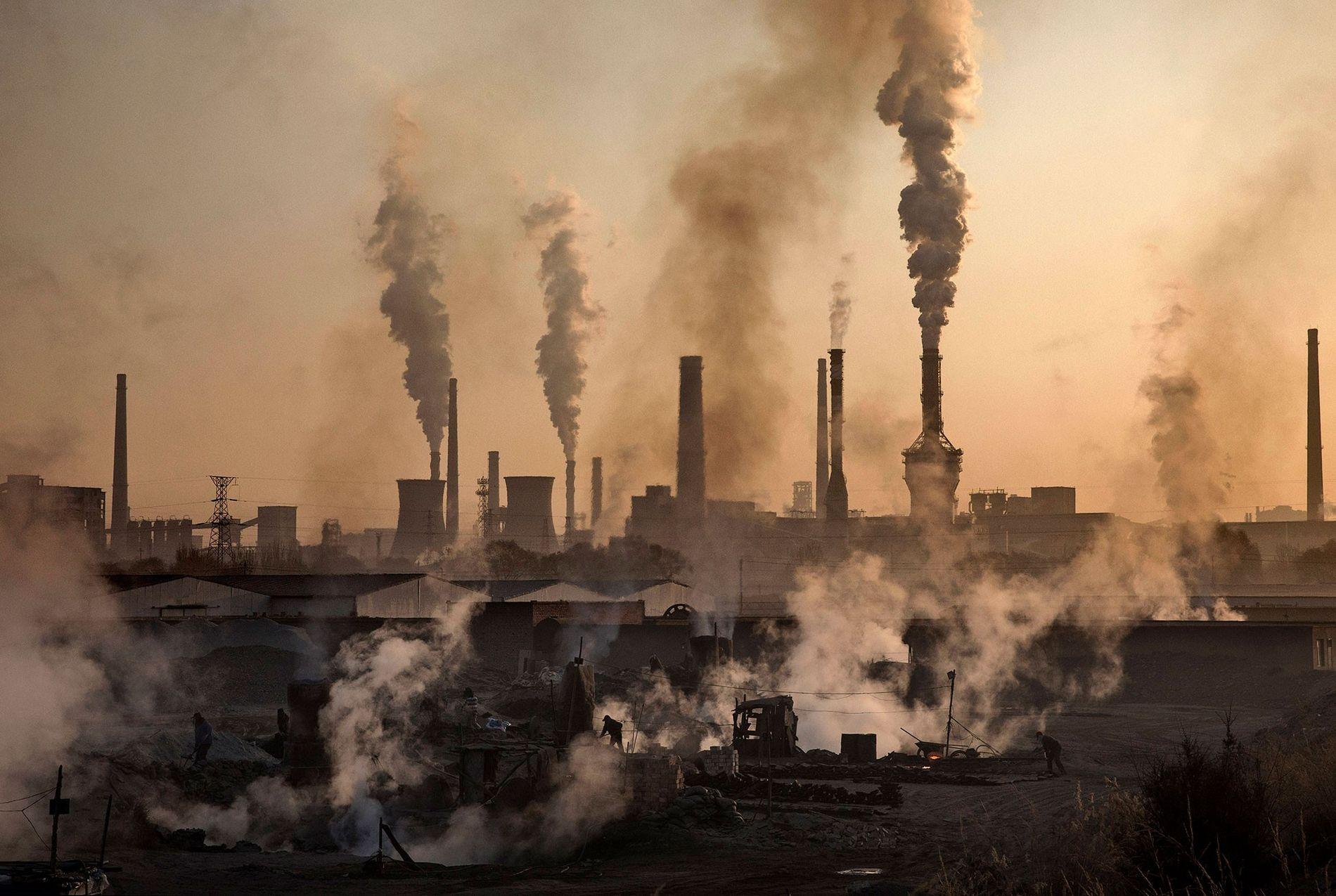 Rauch steigt aus einem großen Stahlwerk in China auf. Die WHO schätzt, dass neun von zehn Menschen weltweit schlechte Luft einatmen.