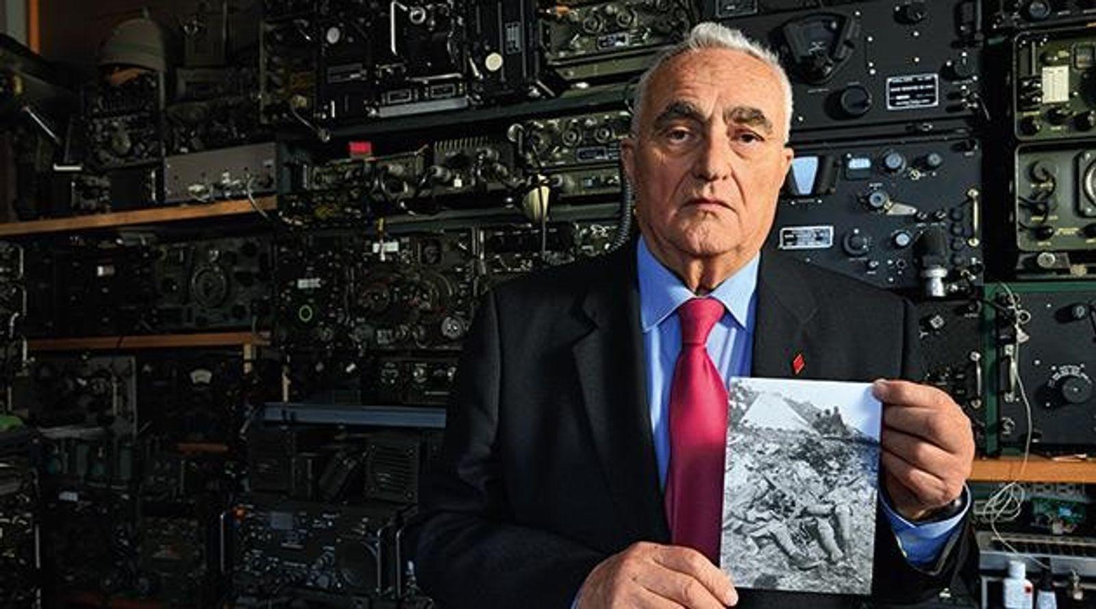 Im Keller seines Hauses in Perugia zeigt der Amateurfunker Franco Roscini ein Foto seines Vaters Alberto ...