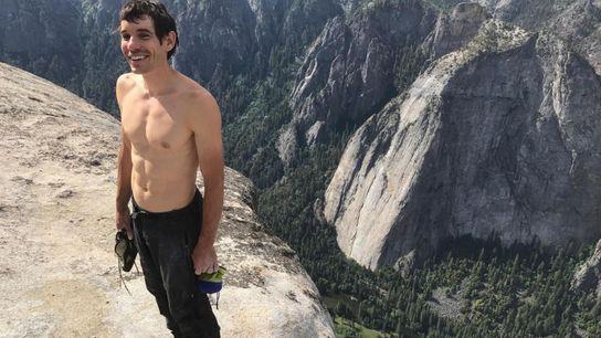 Kletterer Alex Honnold steht auf dem El Capitan, nachdem er fast vier Stunden allein hinaufgeklettert ist. ...