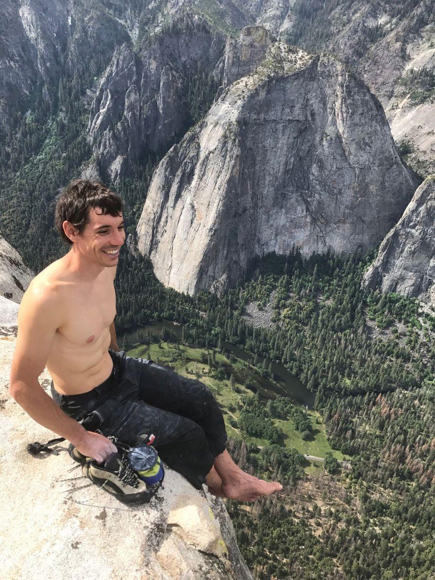 Der Kletterer Alex Honnold sitzt auf dem Gipfel vom El Capitan des Yosemite. Diesen Punkt hat ...