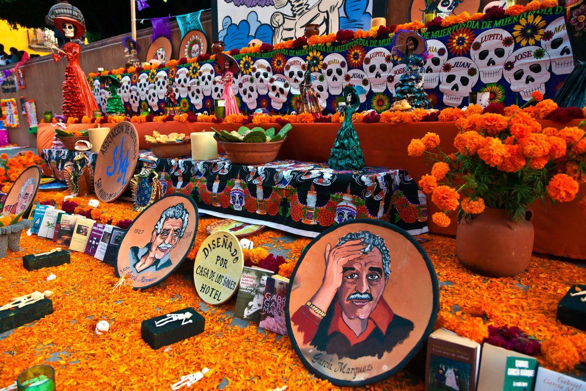 In San Miguel de Allende ist ein Altar zum Tag der Toten mit Studentenblumen und Familienfotos ...