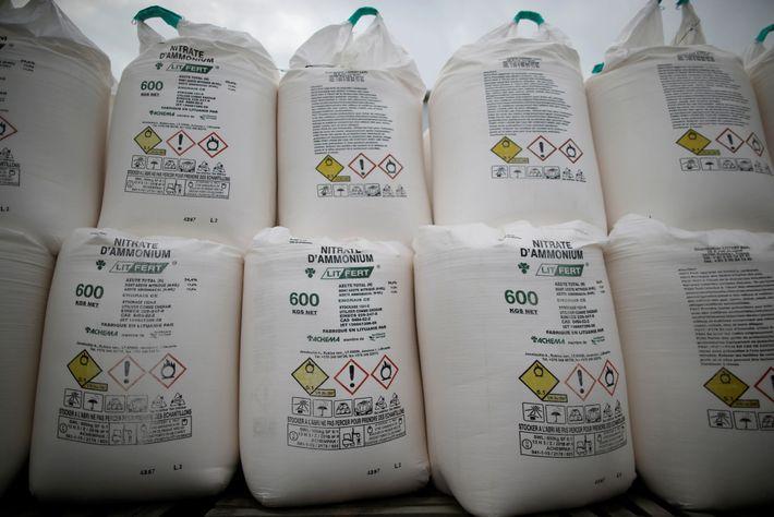 Säcke mit Ammoniumnitratdünger werden am 7. Oktober 2016 in einem Agrarhandel im französischen Vieillevigne zum Verkauf ...