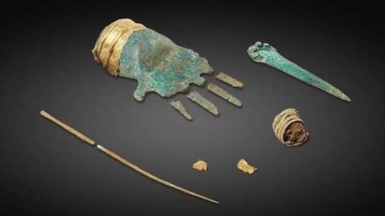 Die Bronzehand verfügt über eine goldene Manschette und wurde in dem 3500 Jahre alten Grab eines ...