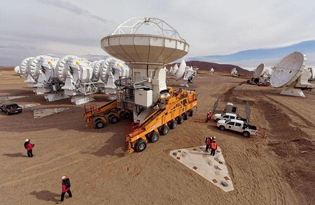 Ankunft der letzten der 25 nordamerikanischen Antennenschüsseln an einer Montageplatte (unten rechts). Das größte und mit …