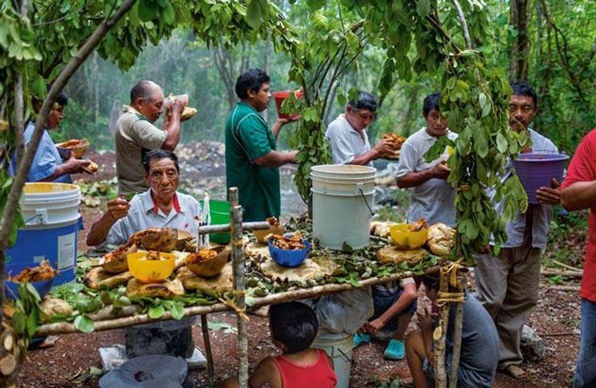 Im Dorf Yaxuná betet ein Priester knieend an einem Altar, der die vier Ecken des Maya-Universums …
