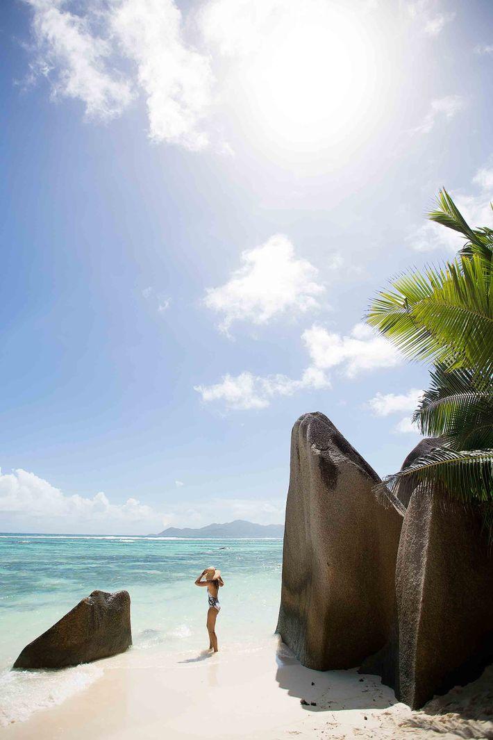 Foto einer Frau auf dem Strand Anse Source d'Argent in La Digue, Seychellen