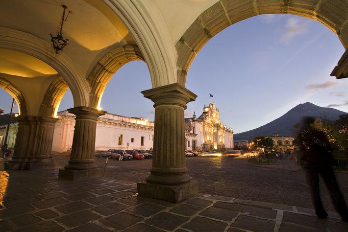 Abends werden die Gebäude am Plaza Mayor angeleuchtet, darunter auch die Kathedrale San José.