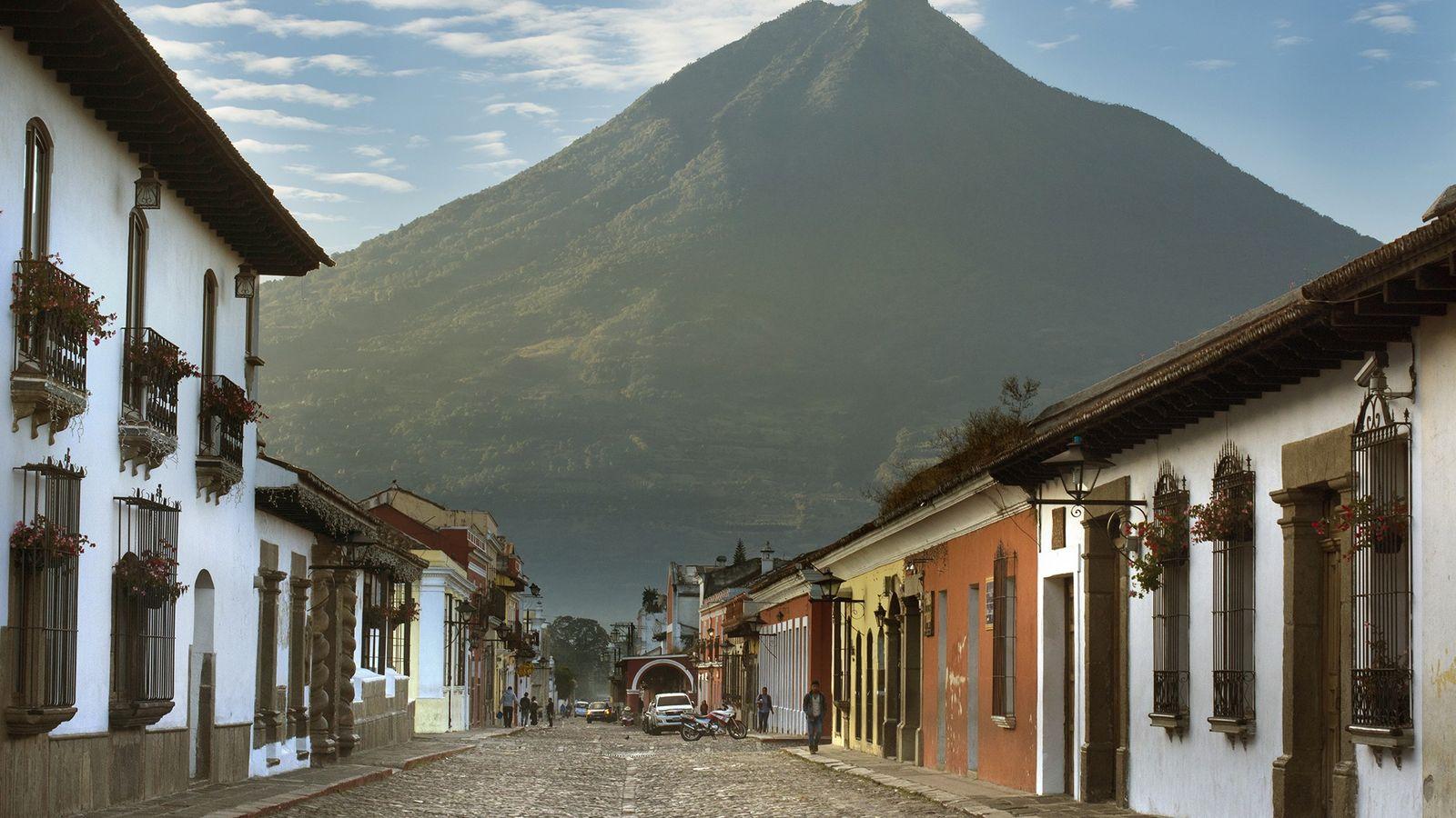 Über den bunten Kolonialhäusern Antiguas ragt im Hintergrund der Volcán de Agua empor.