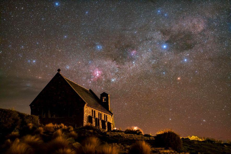 Funkelnde Sterne hängen über der Church of the Good Shepherd in Neuseelands Aoraki Mackenzie Reserve.