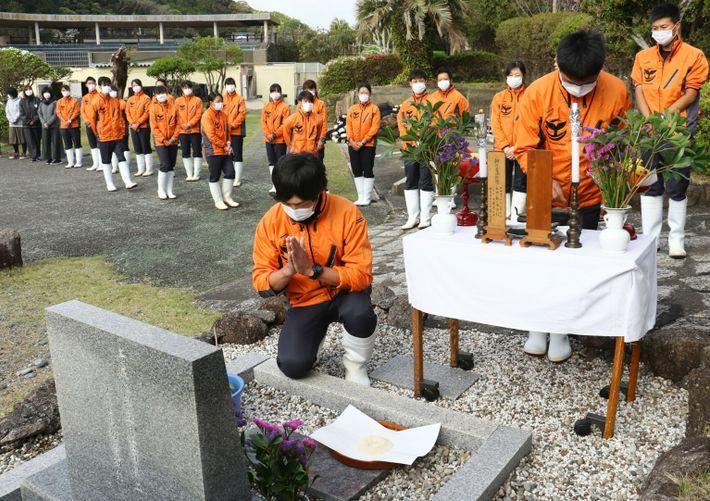 Mitarbeitende des Taiji-cho Whale Museums halten eine Gedenkfeier für Wale ab. Das Museum, das die Geschichte ...