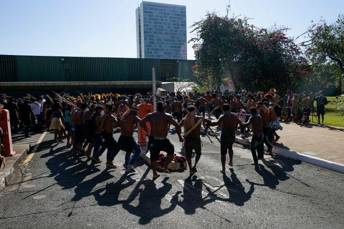 Indigene Demonstranten tanzen im Juni 2021 vor dem Kongressgebäude in Brasilia, um gegen ein Gesetz zu ...