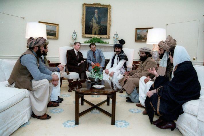 Der damalige US-Präsident Ronald Reagan trifft im Jahr 1983 afghanische Kämpfer, um mit ihnen die negativen ...
