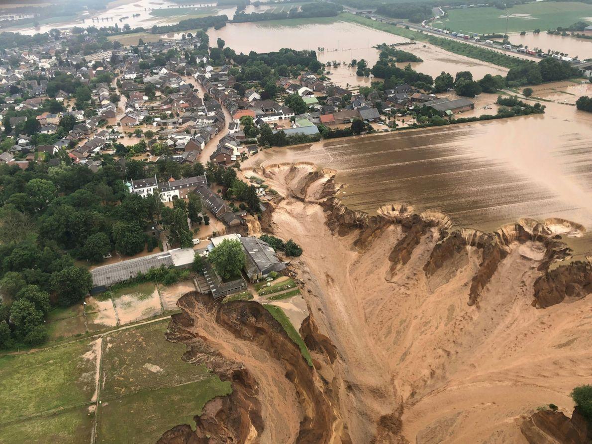 Die Auswirkungen des Hochwassers in Erfstadt-Blessem in Nordrhein-Westfalen am 15. Juli 2021. Laut Behördenberichten sind einige ...