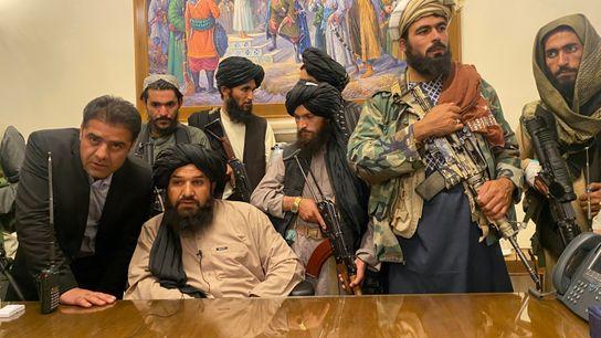 Kämpfer der Taliban besetzen am 15. August 2021 den Präsidentenpalast.