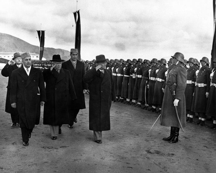 Im Jahr 1955 inspiziert der damalige sowjetische Ministerpräsident Nikita Sergejewitsch Chruschtschow (Mitte) gemeinsam mit dem ...