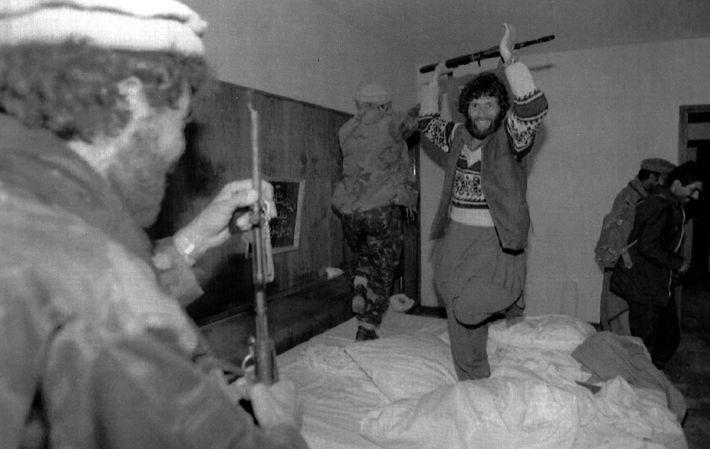 Kämpfer der Mudschahidin tanzen nach dem Sturz des Präsidenten Nadschibullāhs 1992 auf dessen Bett und feiern ...