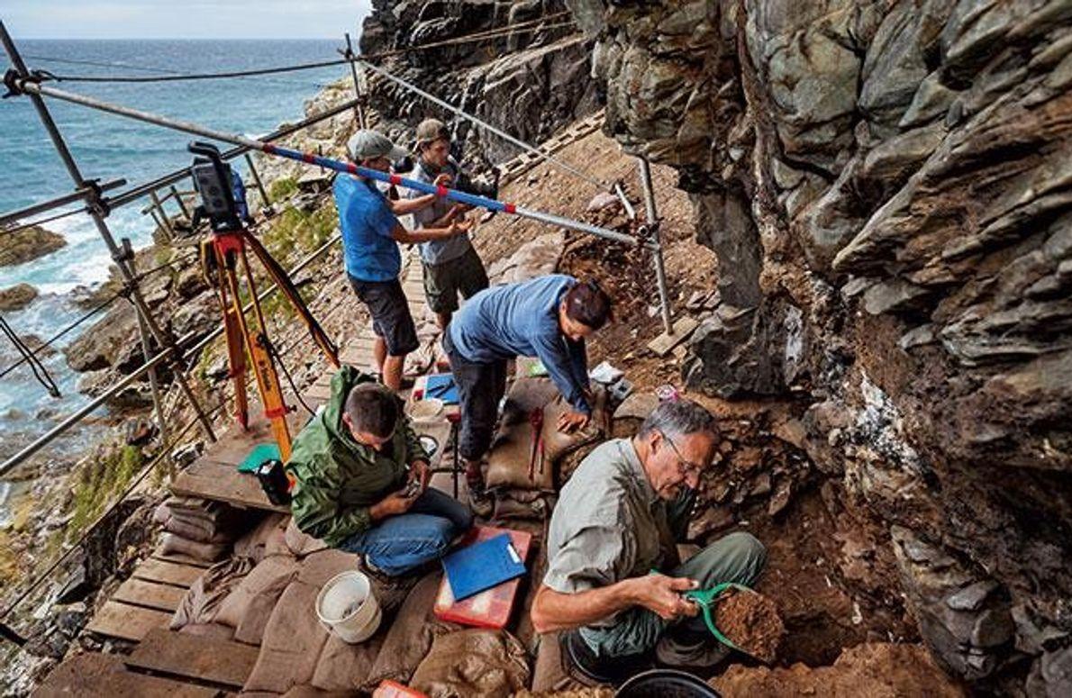 Der Südafrikaner Christopher Henshilwood und sein Team graben im Klipdrift Shelter am westlichen Kap der guten …