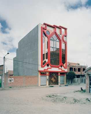 Verschachtelte Muster zieren die Fassade eines Gebäudes von Mamani.