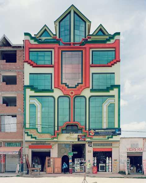 Die mehrgeschossigen Gebäude von Mamani beherbergen im Erdgeschoss oft Ladengeschäfte. In den oberen Etagen finden sich ...