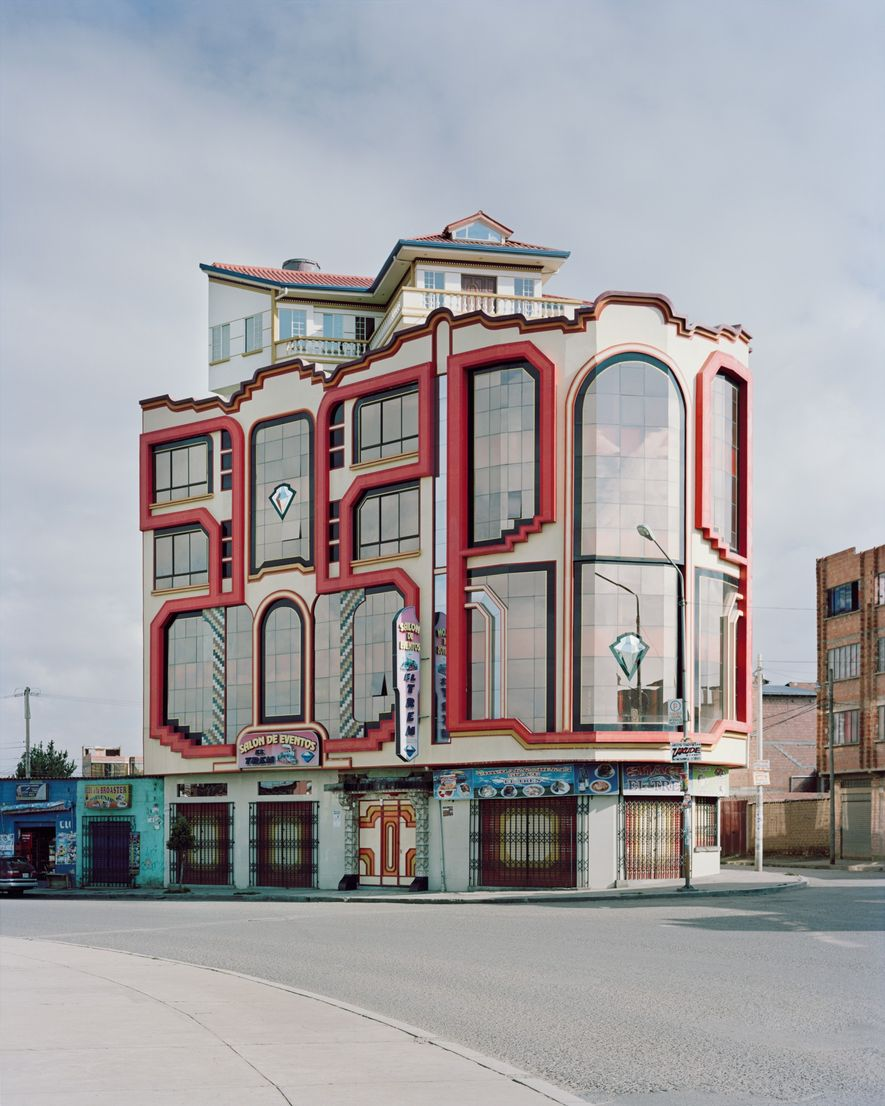Das glänzende Chrom und die bunten Acrylfassen von Mamanis Gebäuden stechen in der Nachbarschaft der Backsteingebäude ...