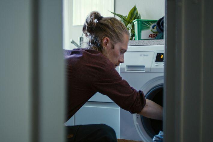 Moderne Waschmaschinen sind viel energieeffizienter, während Waschmittel wie Ariel Enzymtechnologie verwenden, um selbst bei niedrigeren Temperaturen ...