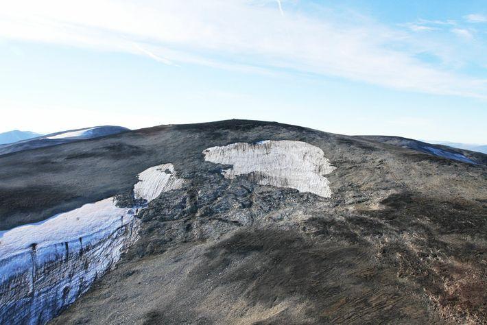 Der obere Teil des schmelzenden Langfonne-Eisfeldes aus einem Hubschrauber fotografiert. Forscher schätzen, dass Langfonne heute nur ...
