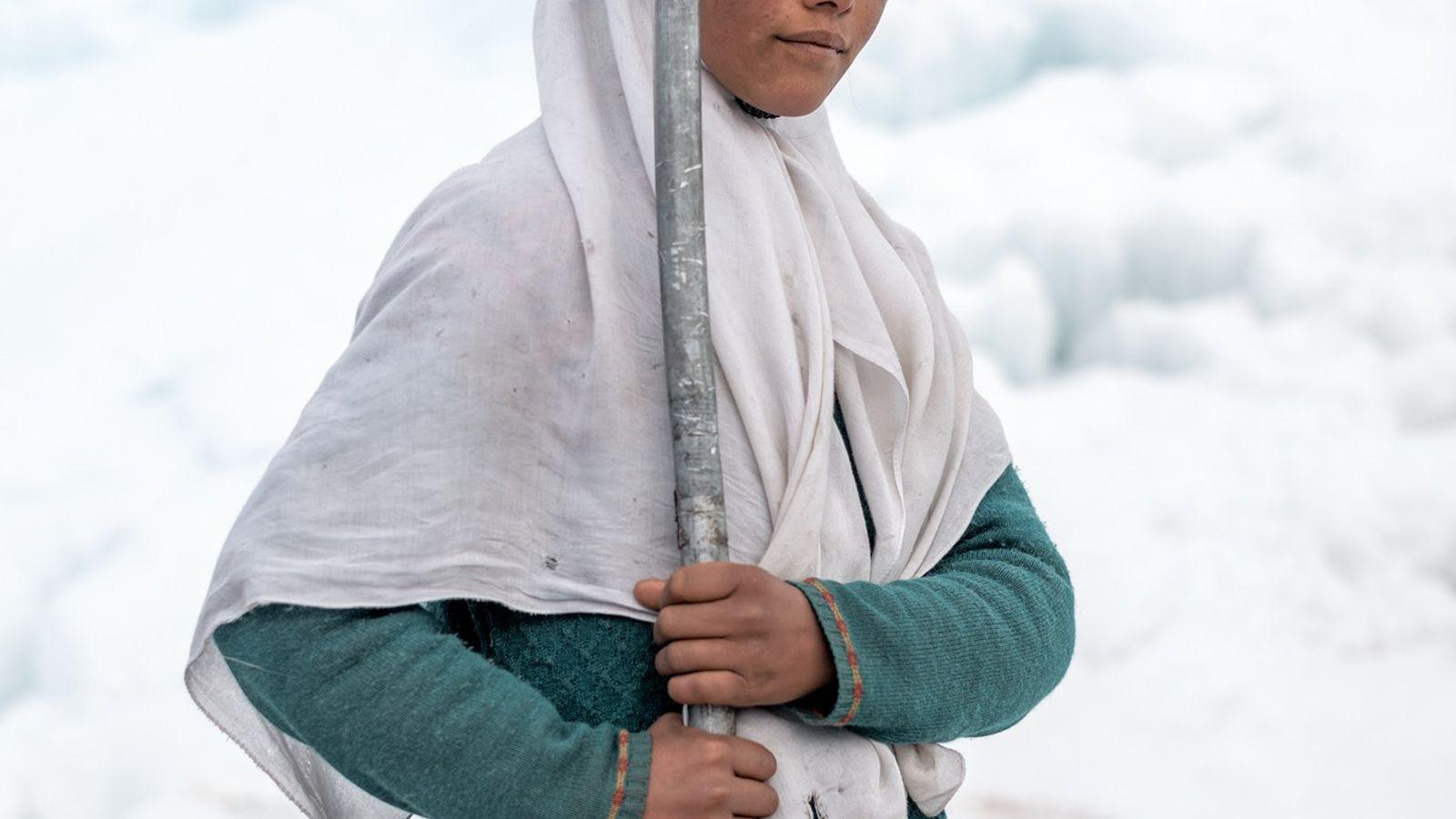 Farida Batool geht auf die Mittelschule im Dorf Karith, hoch in den Bergen an der pakistanischen ...