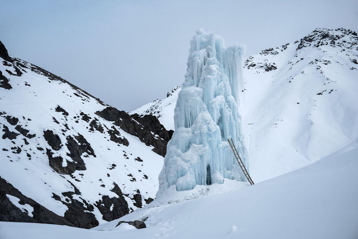 Der Stupa in der Nähe des Dorfes Lamso lag im Schatten der Berge. Er hielt, bis ...