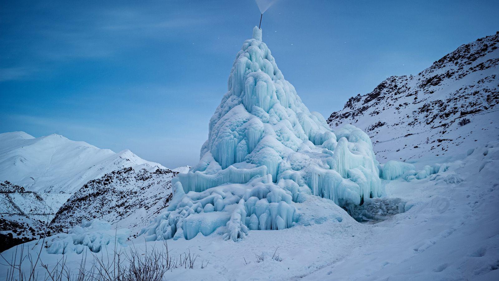 Konische Eisberge speichern das Winterschmelzwasser für die Aussaat im Frühjahr. Dieses Exemplar wurde von Jugendlichen im ...