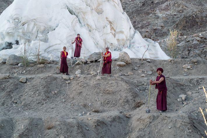 Die Mönche nutzen das Schmelzwasser für den Erhalt eines Hains von 5000 Weiden und Pappeln, der ...