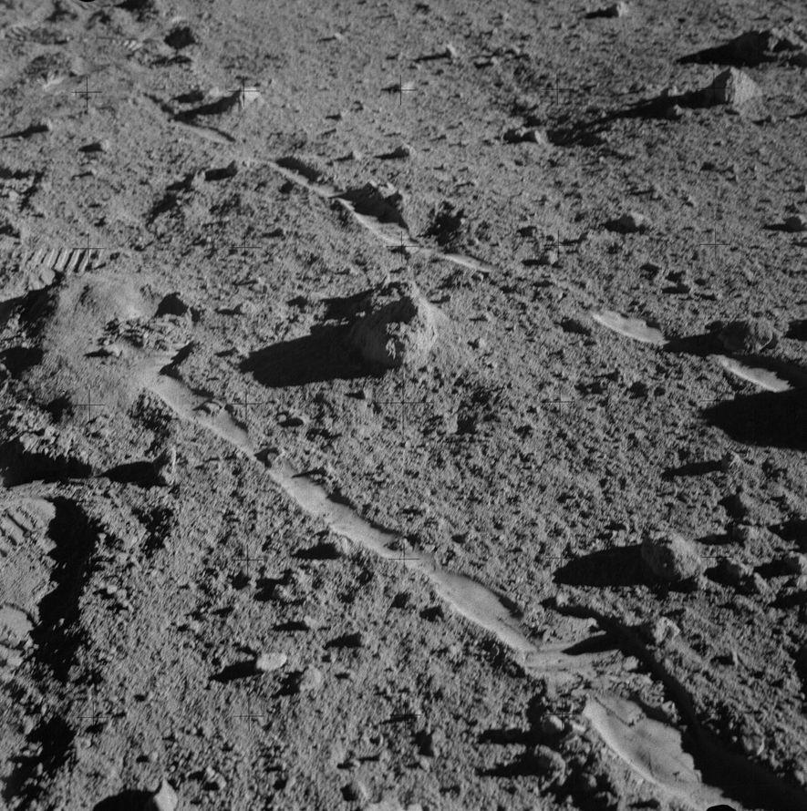 Der Apollo-14-Astronaut Alan Shepard machte diese Aufnahme des Steins 14321 auf der Mondoberfläche wenige Minuten, bevor ...