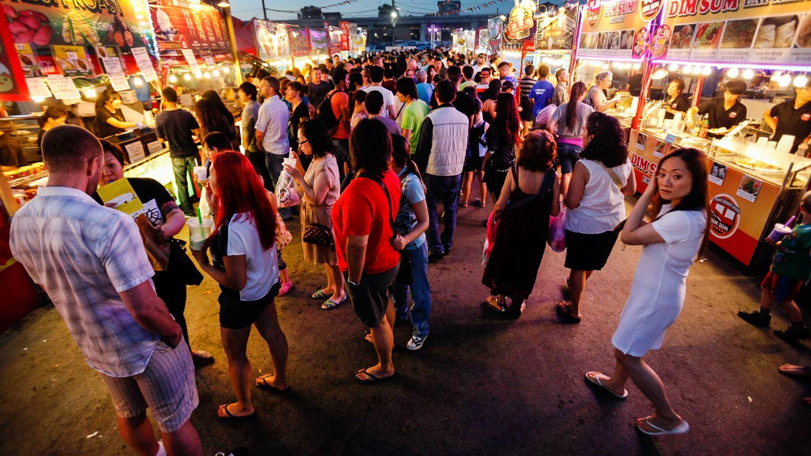 Zahlreiche Besucher schwärmen an einem Sonntagabend über den großen Asian Night Market in Richmond. Einheimische und ...