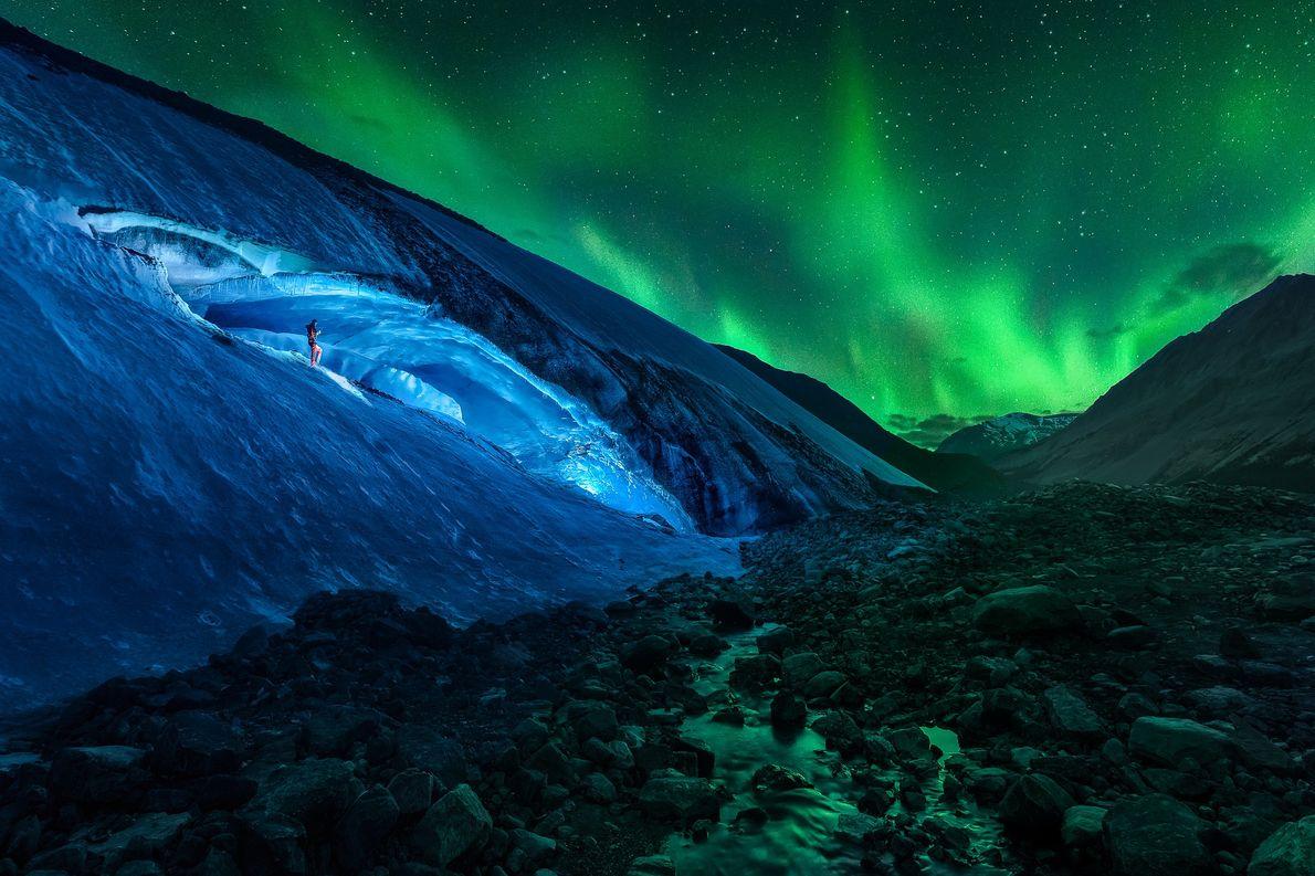 Die Athabasca-Höhle und das Polarlicht im Jasper Nationalpark, Alberta, Kanada