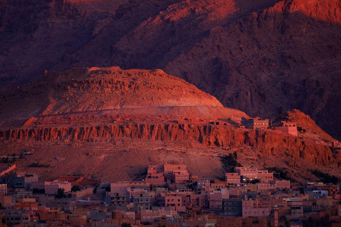 Inmitten des Atlasgebirges befindet sich die marokkanische Stadt Tinghir, ein malerischer Zwischenstopp für Kletterer und Wanderer ...