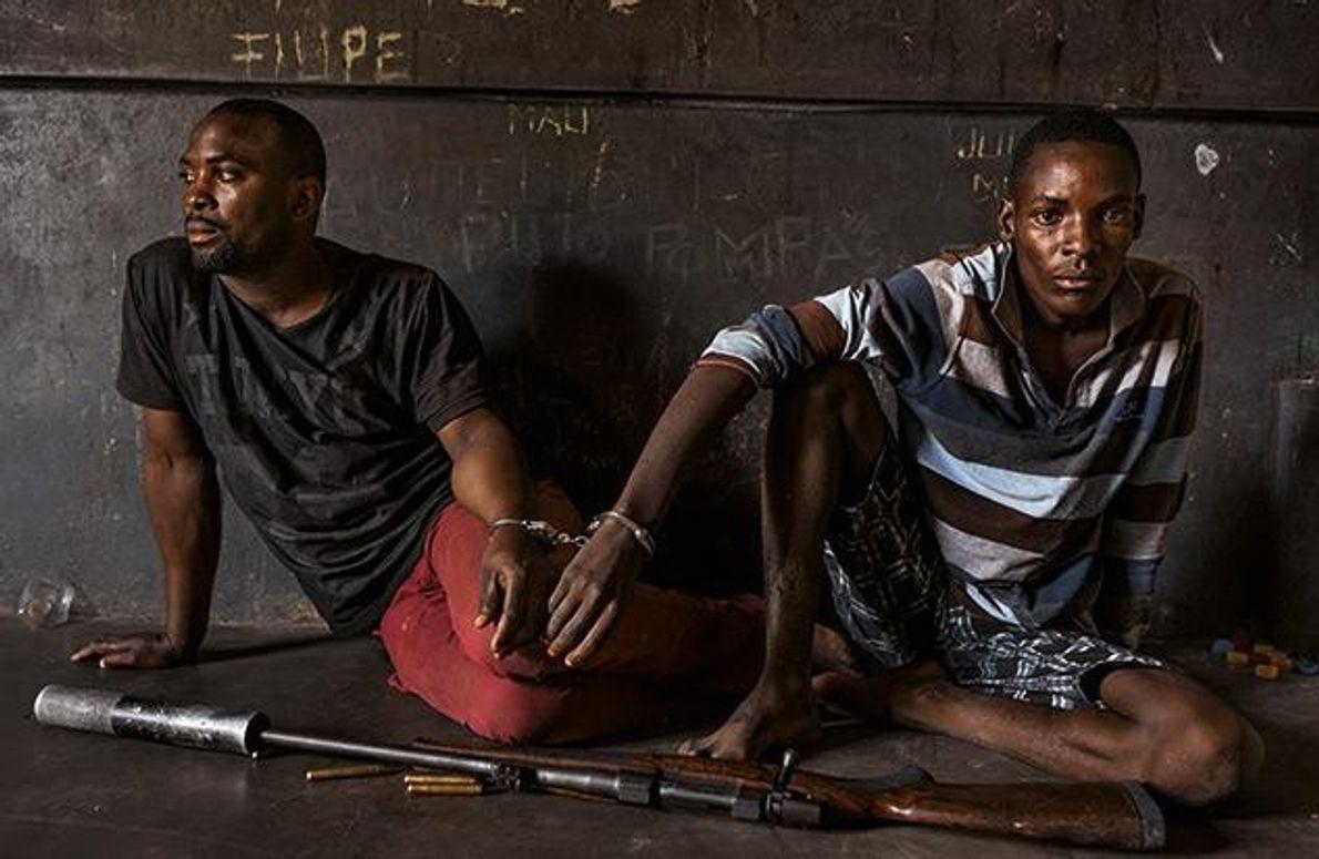 Diese Männer planten, im südafrikanischen Krüger-Nationalpark ein Nashorn zu erlegen, vermuten die mosambikanischen Behörden. Wenn sie …