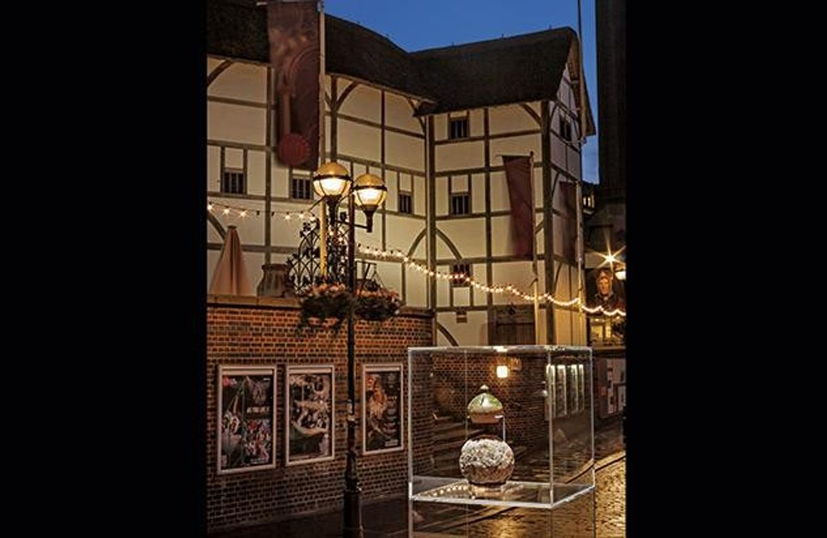 Die historische Geldkassette und die Kanonenkugel entdeckten Archäologen bei Grabungen am Rose Theatre.