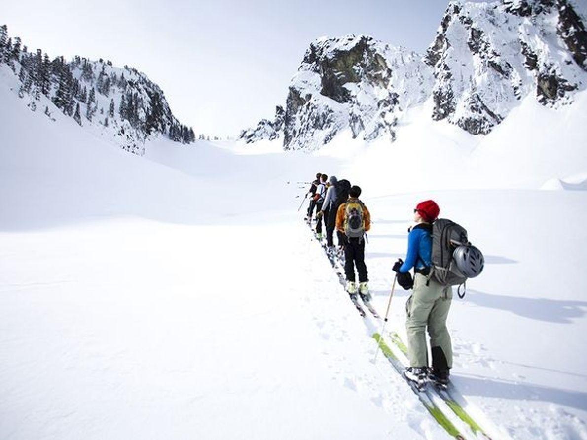 Bild mit Skifahrern im Tiefschnee im US-Bundesstaat Washington.